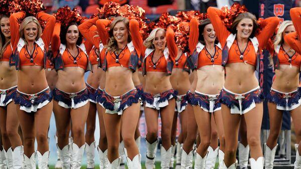 Выступление команды черлидеров во время футбольного матча НФЛ