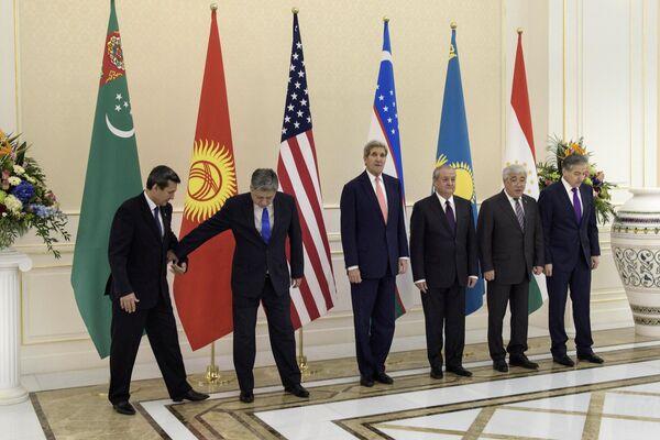 Участники переговоров в формате C5 + 1 в Самарканде, Узбекистан. 2015 год