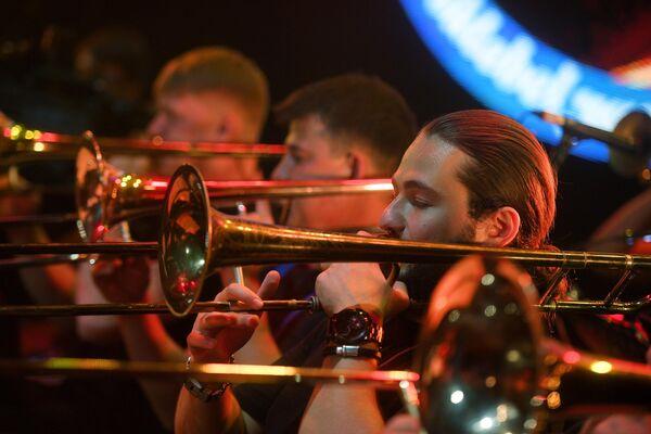 Участники SG Big Band во время выступления на 17-м международном музыкальном фестивале Koktebel Jazz Party в Крыму