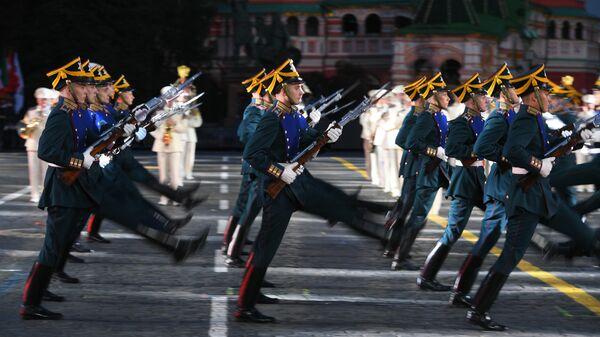 Военнослужащие роты специального караула Президентского полка на торжественной церемонии открытия XII Международного военно-музыкального фестиваля Спасская башня на Красной площади в Москве