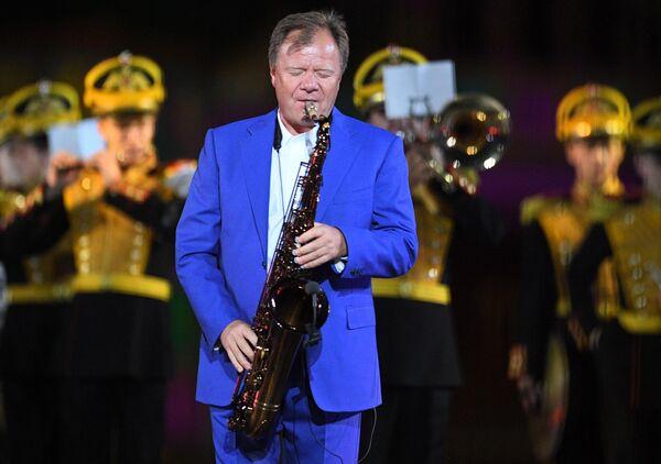 Музыкант Игорь Бутман выступает на торжественной церемонии открытия XII Международного военно-музыкального фестиваля Спасская башня на Красной площади в Москве.