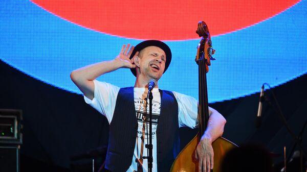 Музыкант группы Billy's Band Билли Новик выступает на фестивале Koktebel Jazz Party в Крыму.