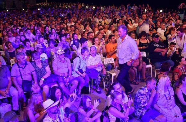 Посетители во время выступления певицы Юлии Чичериной на 17-м международном музыкальном фестивале Koktebel Jazz Party в Крыму