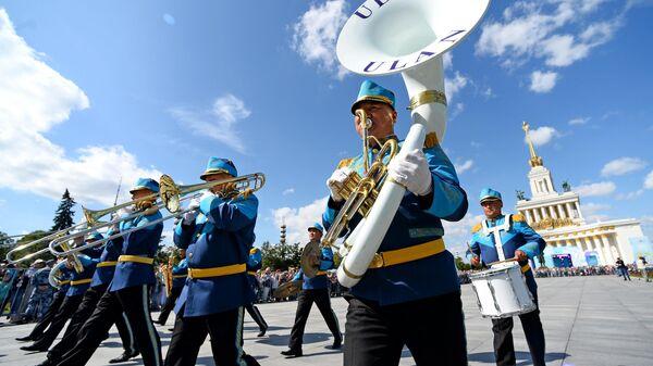 Образцово-показательный оркестр и рота почетного караула Национальной гвардии Республики Казахстан во время торжественного шествия участников фестиваля Спасская башня на ВДНХ