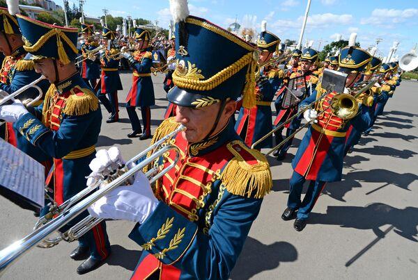 Образцово-показательный оркестр и рота почетного караула Вооруженных сил Республики Беларусь во время торжественного шествия участников фестиваля Спасская башня на ВДНХ