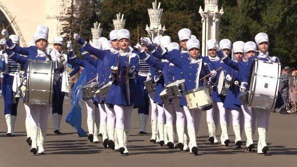 Барабаны, волынки, зажигательные танцы: шествие участников Спасской башни