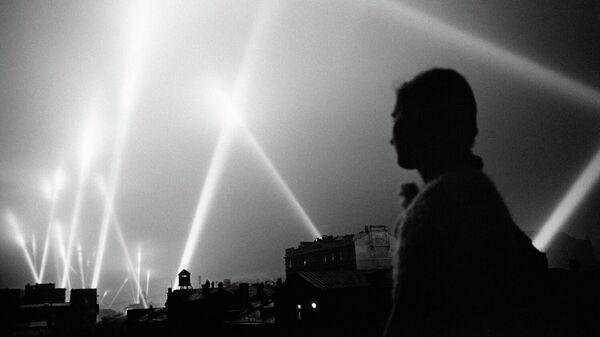 Лучи прожекторов войск ПВО освещают небо Москвы
