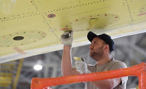 Рабочий в цехе окончательной сборки самолетов Sukhoi Superjet 100 на заводе имени Гагарина в Комсомольске-на-Амуре