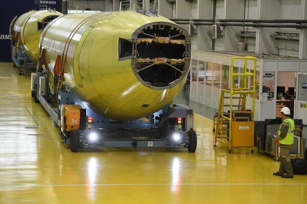 Перемещение фюзеляжа самолета Sukhoi Superjet 100 по цеху на заводе имени Гагарина в Комсомольске-на-Амуре