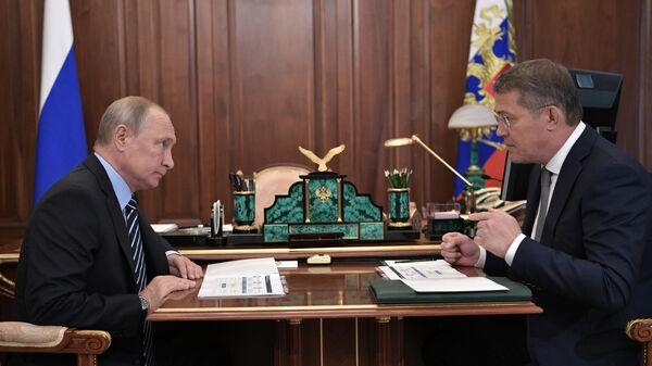 Владимир Путин и временно исполняющий обязанности главы Республики Башкортостан Радий Хабиров  во время встречи. 26 августа 2019