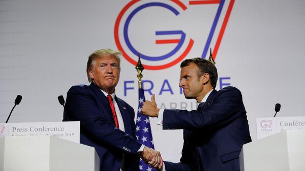 Президент Франции Эммануэль Макрон и президент США Дональд Трамп во время совместной пресс-конференции на саммите G7 в Биаррице