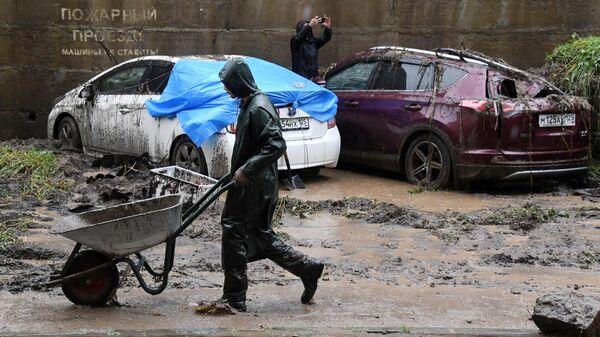 Поврежденные автомобили в результате сильного дождя во Владивостоке