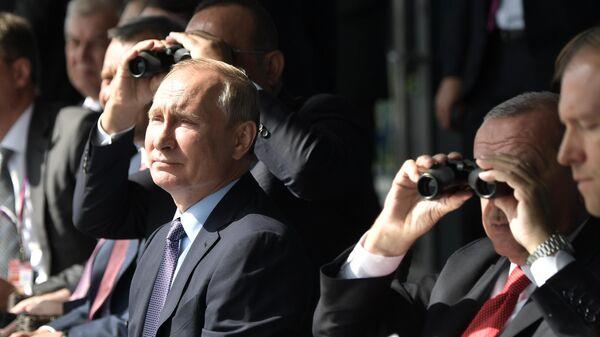 Президент РФ Владимир Путин и президент Турции Реджеп Тайип Эрдоган наблюдают за полетом авиации во время посещения Международного авиакосмического салона МАКС-2019
