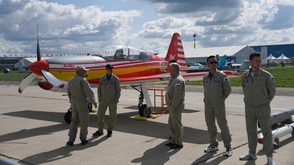 Пилоты у учебно-тренировочного самолета Як-152 на Международном авиационно-космическом салоне МАКС-2019 в подмосковном Жуковском