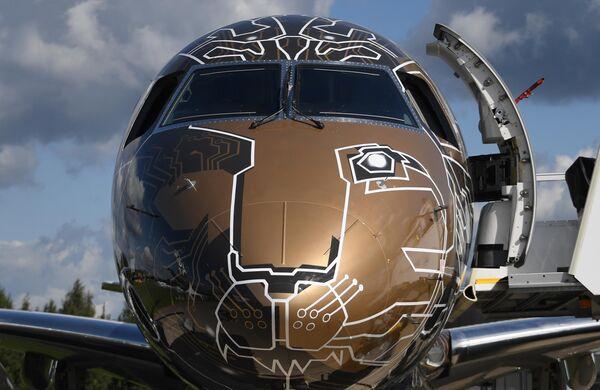 Самолет бразильской компании Embraer 195-E2 Profit Hunter на Международном авиационно-космическом салоне МАКС-2019 в подмосковном Жуковском