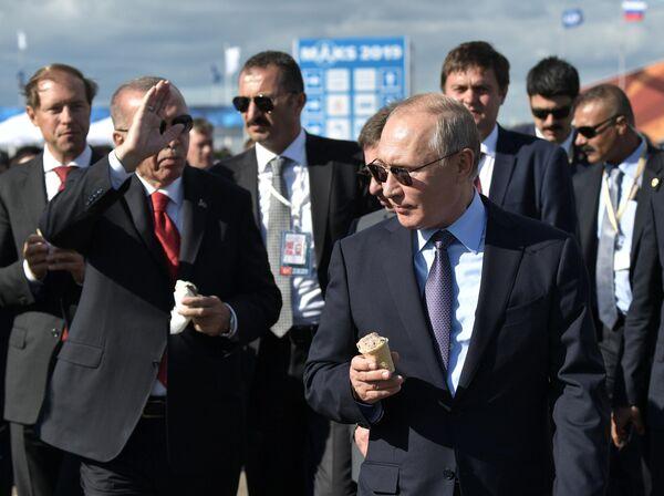 Президент РФ Владимир Путин и президент Турции Реджеп Тайип Эрдоган во время посещения Международного авиакосмического салона МАКС-2019
