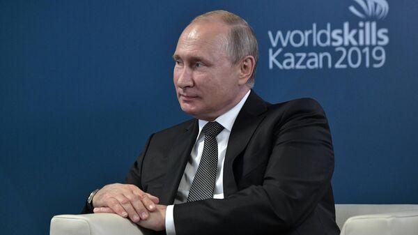 Президент РФ Владимир Путин во время встречи c президентом WorldSkills International Саймоном Бартли