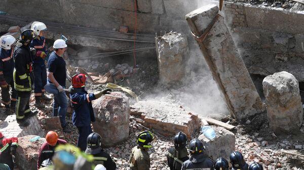 Сотрудники МЧС РФ разбирают перекрытия, рухнувшие в строящемся здании в Новосибирске