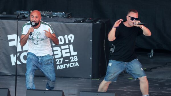 Участники группы 2 берега Иван Аваков и Евгений Храмков выступают на фестивале Rap Koktebel в Крыму