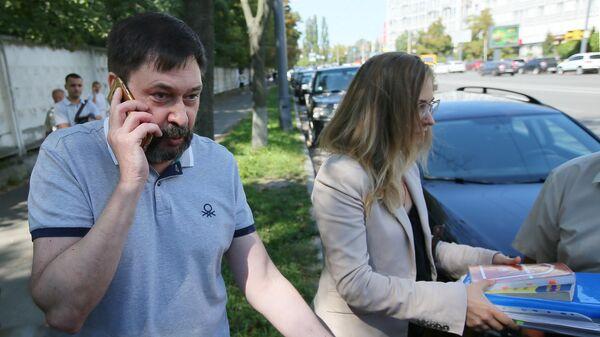 Руководитель портала РИА Новости Украина Кирилл Вышинский у здания апелляционного суда Киева