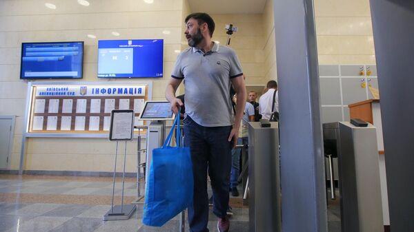 Руководитель портала РИА Новости Украина Кирилл Вышинский выходит из здания апелляционного суда Киева