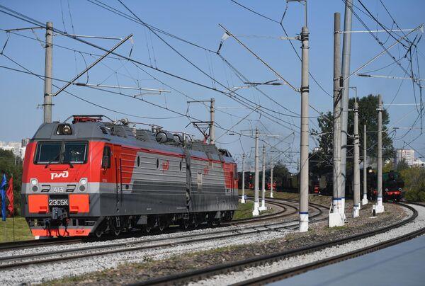 Электровоз серии ЭС5К Ермак во время парада паровозов на международном железнодорожном салоне PRO//Движение.Экспо