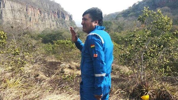 Президент Боливии Эво Моралес во время инспекции тушения природных пожаров в лесу региона Чикитания