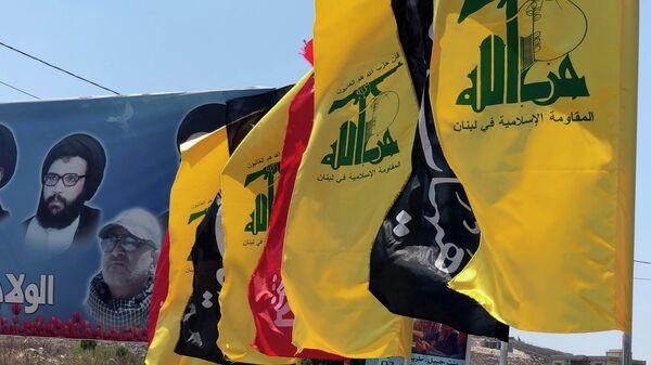 Флаги движения Хезболлах в деревне Адейси на границе с Израилем