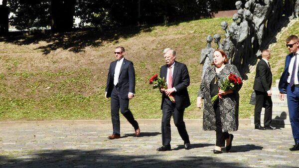 """Советник по национальной безопасности Джон Болтон посетил мемориал """"Яма"""", установленный в память о жертвах минского гетто, казнённых 2 марта 1942"""