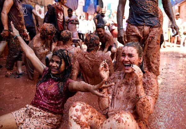 Участники ежегодного праздника La Tomatina в городе Буньоль провинции Валенсия в Испании