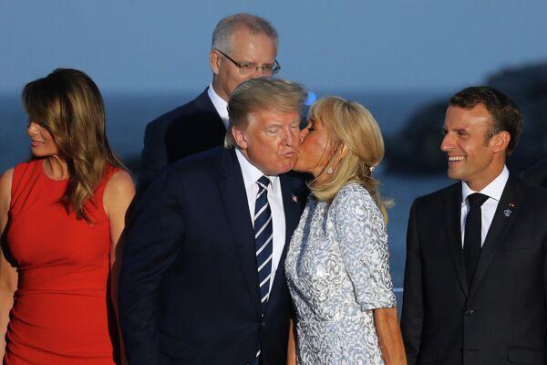 Супруга президента Франции Бриджит Макрон целует президента США Дональда Трампа на саммите G7 в Биаррице