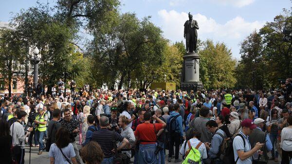 Участники несанкционированной акции в Москве в поддержку незарегистрированных кандидатов в Московскую городскую Думу