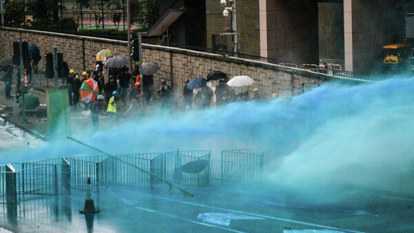 Гонконгская полиция разгоняет протестующих цветной водой. 31 августа 2019