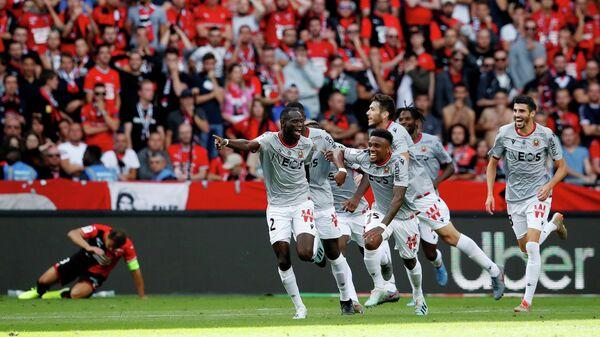 Футболисты Ниццы радуются забитому мячу