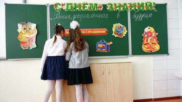 Ученицы в школьном кабинете