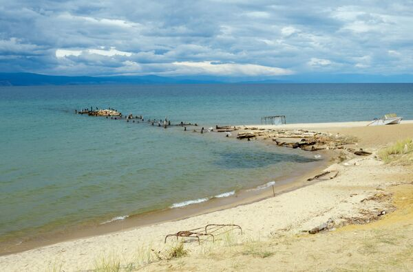 Оставшаяся часть пирса в урочище Песчаное на острове Ольхон в Иркутской области