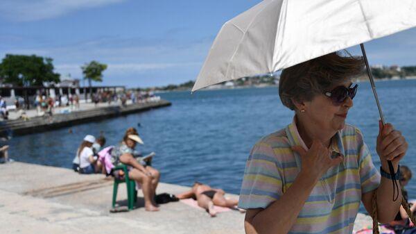 Отдыхающие на Хрустальном пляже в Севастополе в Крыму
