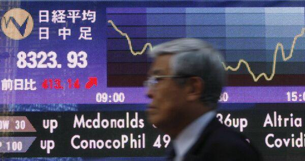 Показатели индекса Nikkei на электронном табло в Токио