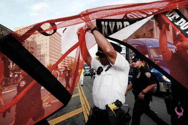 Сотрудники полиции на фестивале карибской культуры в Нью-Йорке