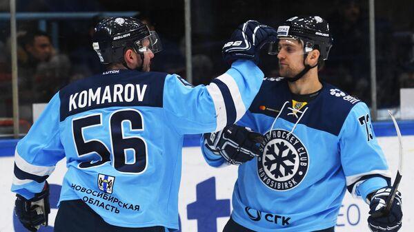Игроки Сибири  Виктор Комаров и Егор Миловзоров (слева направо)