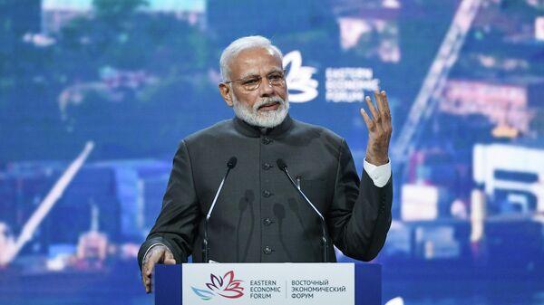 Премьер-министр Индии Нарендра Моди выступает на пленарном заседании V Восточного экономического форума