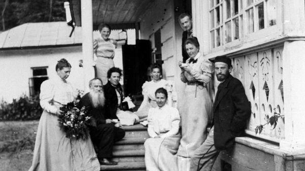 Русский писатель Лев Николаевич Толстой (второй слева) в день своего рождения в Ясной Поляне, 28 августа (9 сентября) 1898 года. Репродукция фотографии. Оригинал в в Государственном музее Л.Н. Толстого в Москве.