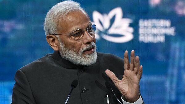 Премьер-министр Индии Нарендра Моди выступает на пленарном заседании V Восточного экономического форума во Владивостоке