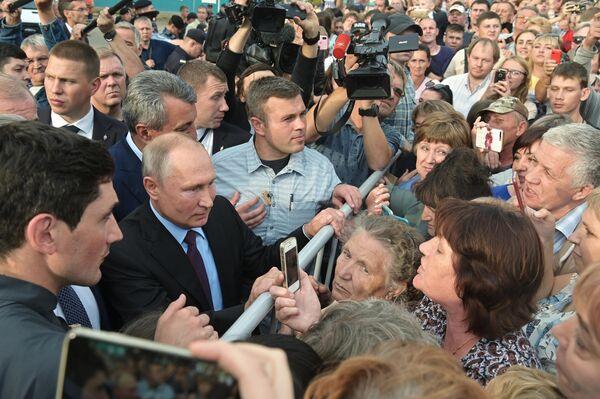 Президент РФ Владимир Путин общается с местными жителями после посещения средней общеобразовательной школы No6 города Тулуна