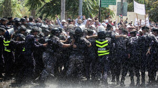Столкновения иорданских учителей и полицейских во время акции протеста в Аммане