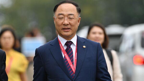 Министр планирования и финансов Республики Корея Хон Нам Ги на V Восточном экономическом форуме во Владивостоке