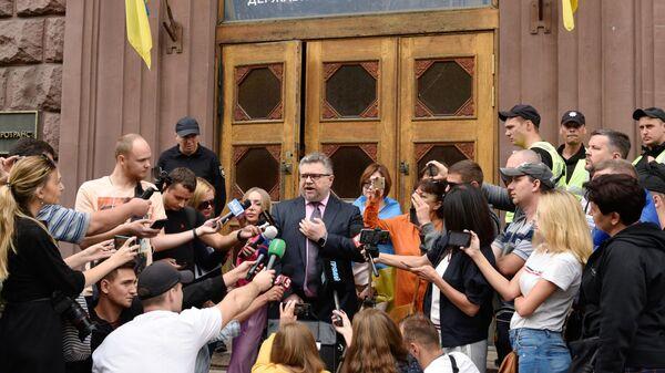 Адвокат экс-президента Украины Петра Порошенко Игорь Головань во время брифинга перед журналистами у здания Государственного бюро расследований Украины. 6 сентября 2019