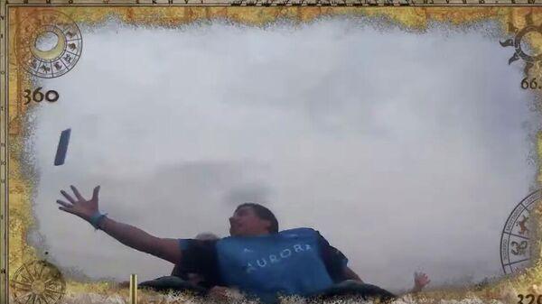 Кадр из видео пользователя youtube sirsammy 15, где он ловит чужой телефон во время катания на аттракционе в парке развлечений Порт Авентура в Испании