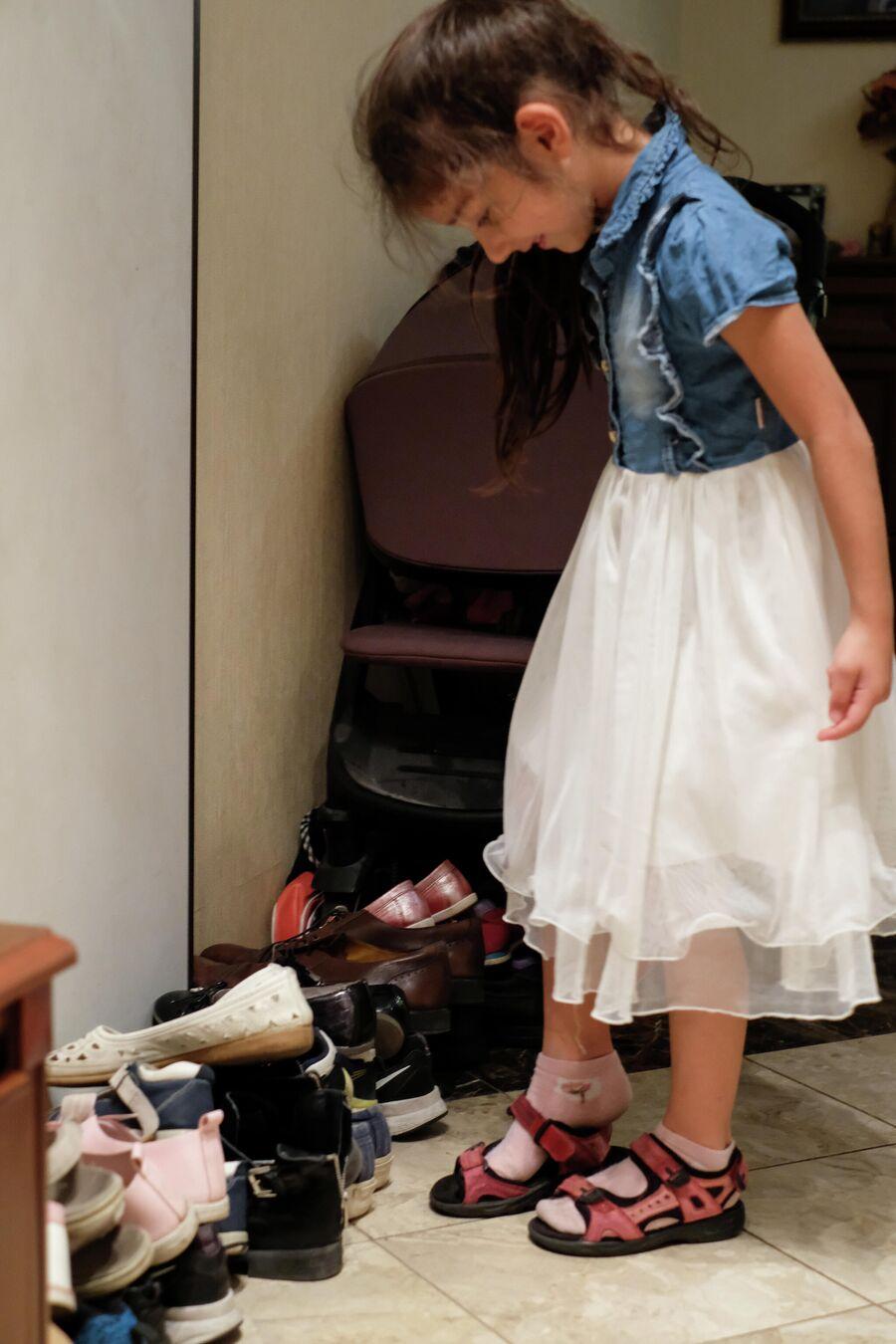 Милана Ульянова примеряет сандалии