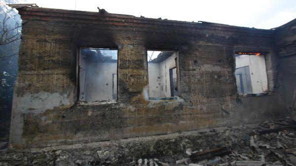 Здание, подвергшееся пожару вследствие обстрела 6 сентября, в селе Роза Новоазовского района Донецкой области